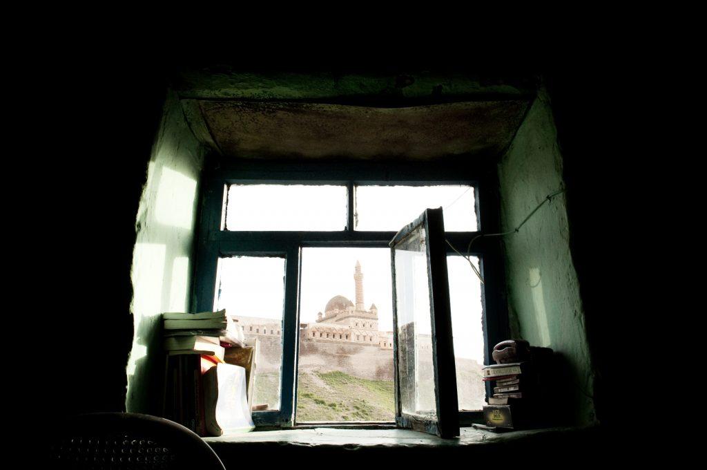另一個角度的 Ishak Pasa Palace。從綠色牆面坎進的窗戶看出去,就是被夕陽包圍的宮殿。一家六口住在五坪大的房間裡,土耳其地毯拼湊出的地面,一張床,窗口傳進外面糞土牆的味道,一歲的Esma 近距離檢視Tony的臉,三歲的Seyma看著鏡頭害羞的笑,坐在塑膠椅上抽煙的Yemlihan,還有窗外曾經榮華富貴的宮殿。