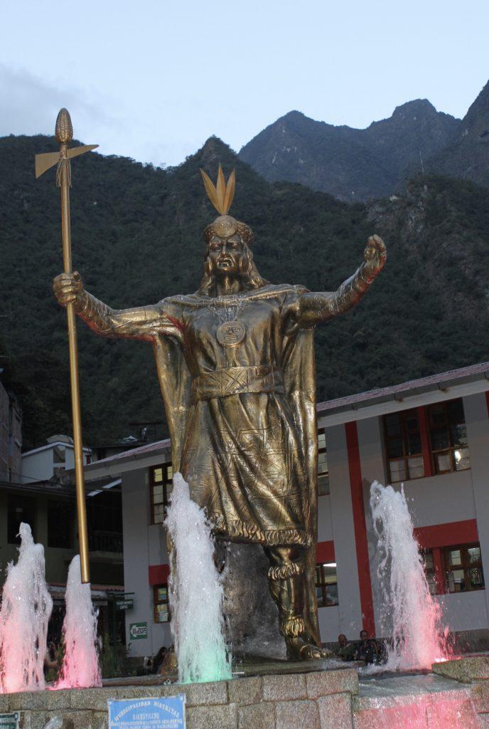 第一任印加王帕查庫特克(Pachakutiq)銅像,攝於熱水鎮(Aquas Clientes)廣場