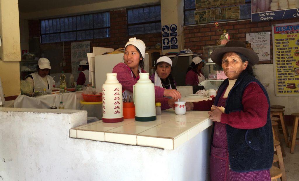 市場中的早餐店員與顧客(攝於庫斯科附近)