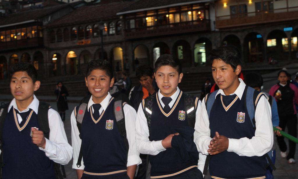 下課後的貴族學校中校生(攝於庫斯科大教堂廣場)