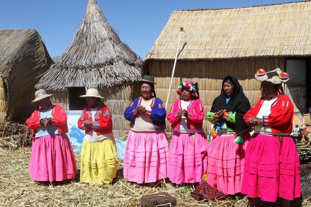 表演歌舞的浮島婦女(攝於的的喀喀湖)